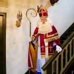 Na een dagje hard werken, Sinterklaas komt van boven.