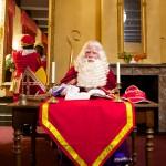 Sinterklaas hard aan het werk in zijn boek.